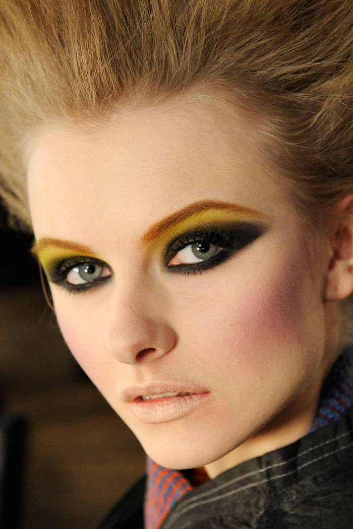 idee maquillage halloween en style années 80 avec eyeliner lourd et des chevex blondes punk