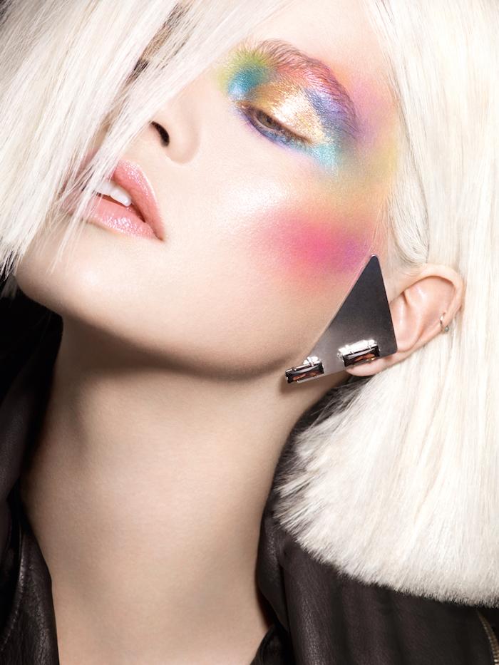 idee maquillage halloween facile a faire en)style anées 80 une femme aux cheveux blonds lisses et des fards a paupiers multicolores
