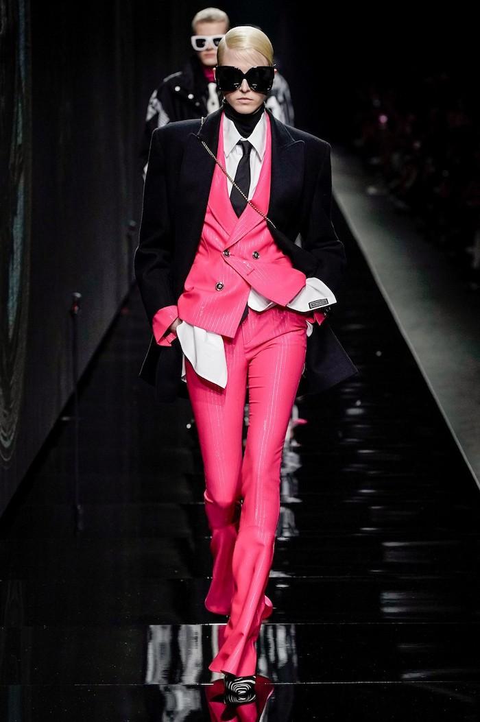 idee tenue femme pour le bureau avec un taileur et un gilet sans manches roses complete d un veste et lunettes noires