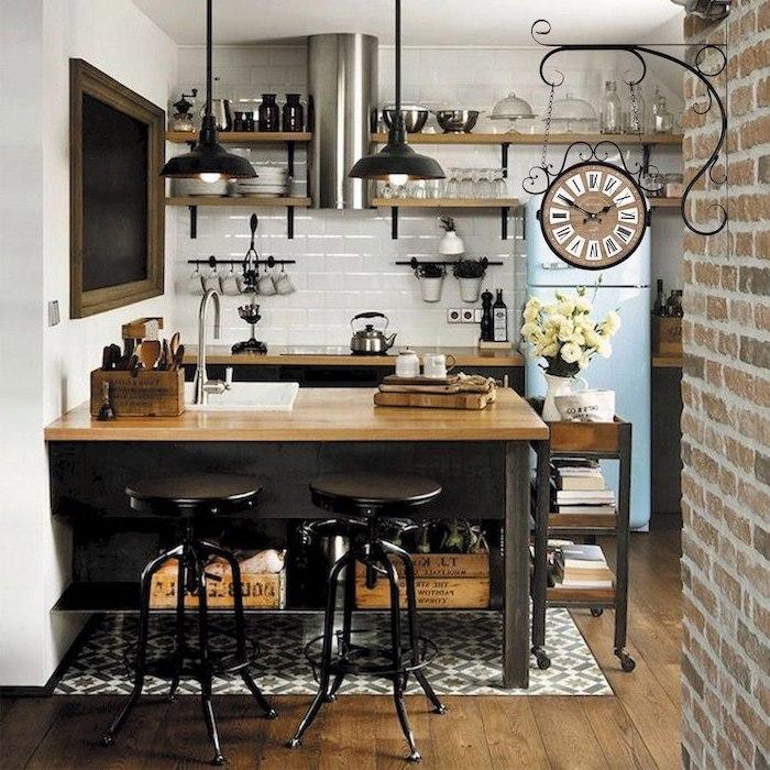 ilot central avec coin repas integre en style vintage un mur de tuiles et un frigo bleu au fond de la piece
