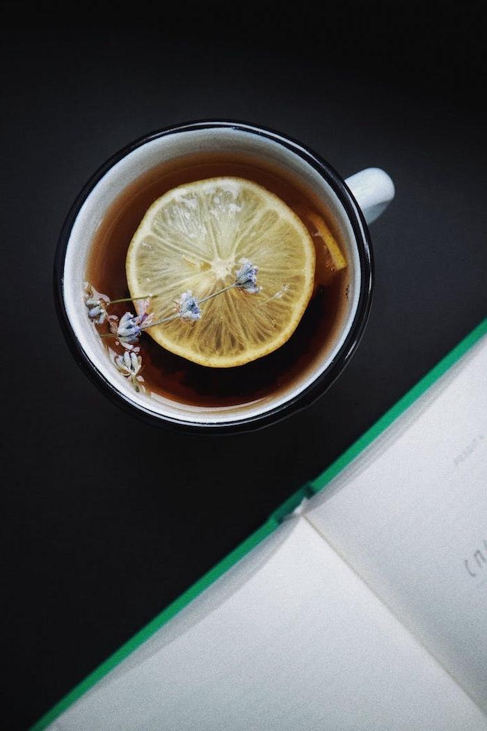 infusion thé avec des rondelles de citron et des brins de lavande exemple boisson cocooning