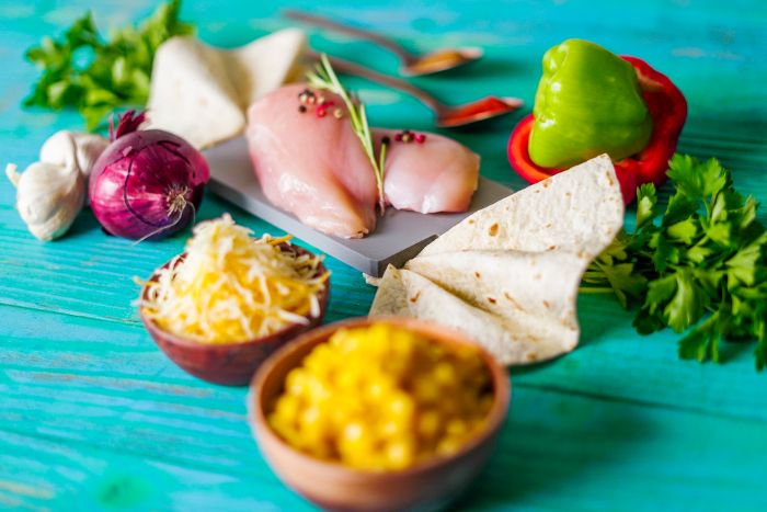 ingredients pour faire repas facile et rapide brunch quesadillas maison avec poulet mozzarella cheddar poivrons