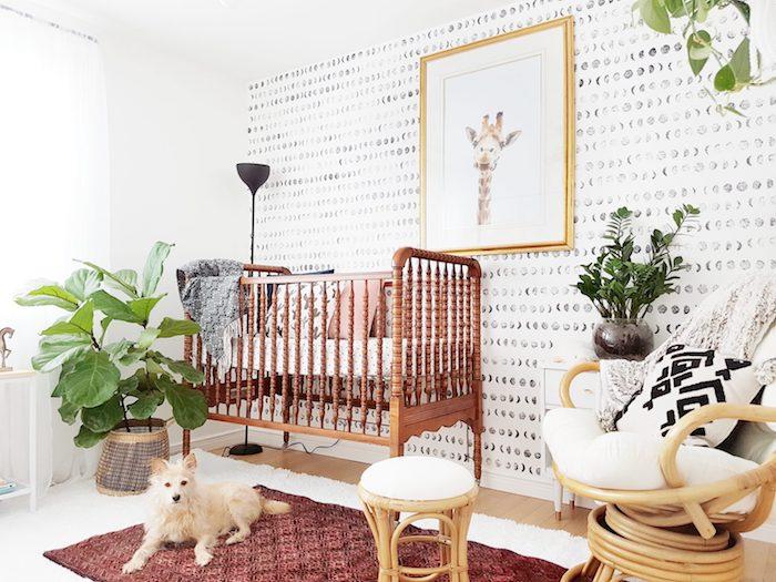 inspiration déco chambre bébé cocooning lit vintage bois mur tapissée de papier peint noir et blanc plantes vertes tabouret et fauteuil bambou