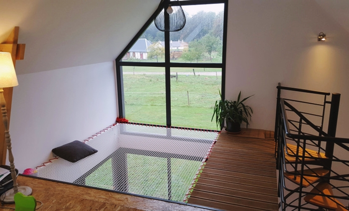 installation filet de catamaran sol bois deco mezzanine interieure fenetre plantes vertes lampe sur pied bois