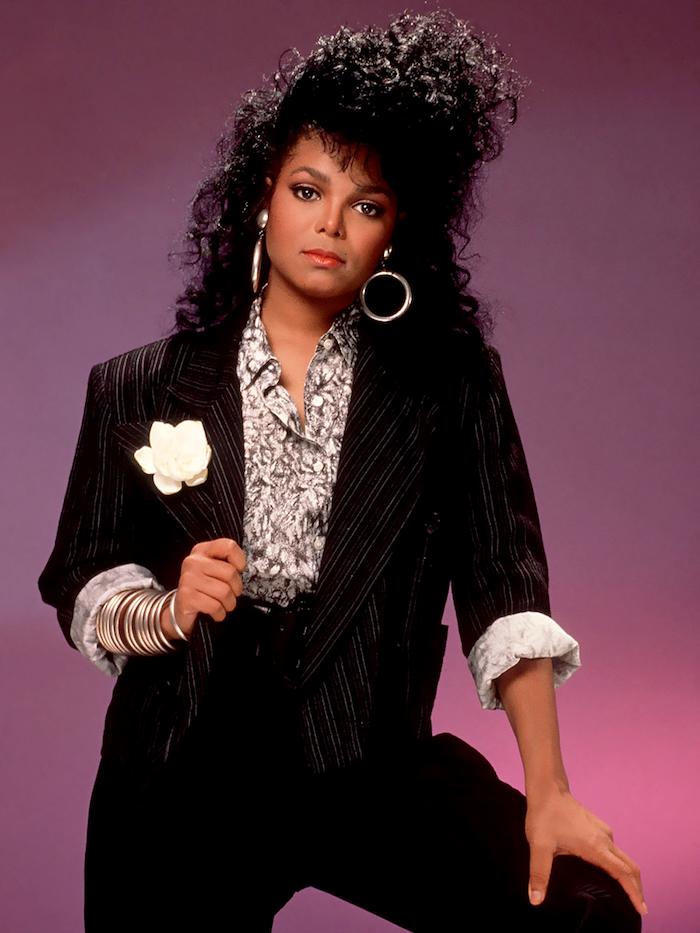 janett jackson look années 80 inspiration halloween de déguisement veste noir et une fleure blanche au revers