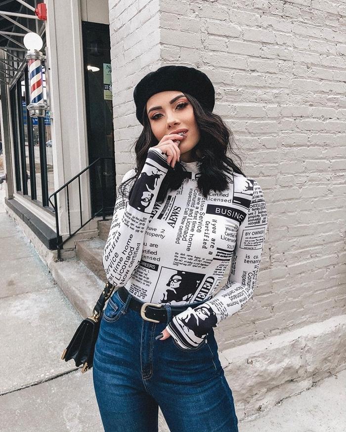 jeans taille haute femme blouse blanche motifs imprimés noires lettres casual chic femme béret noir sac bandoulière