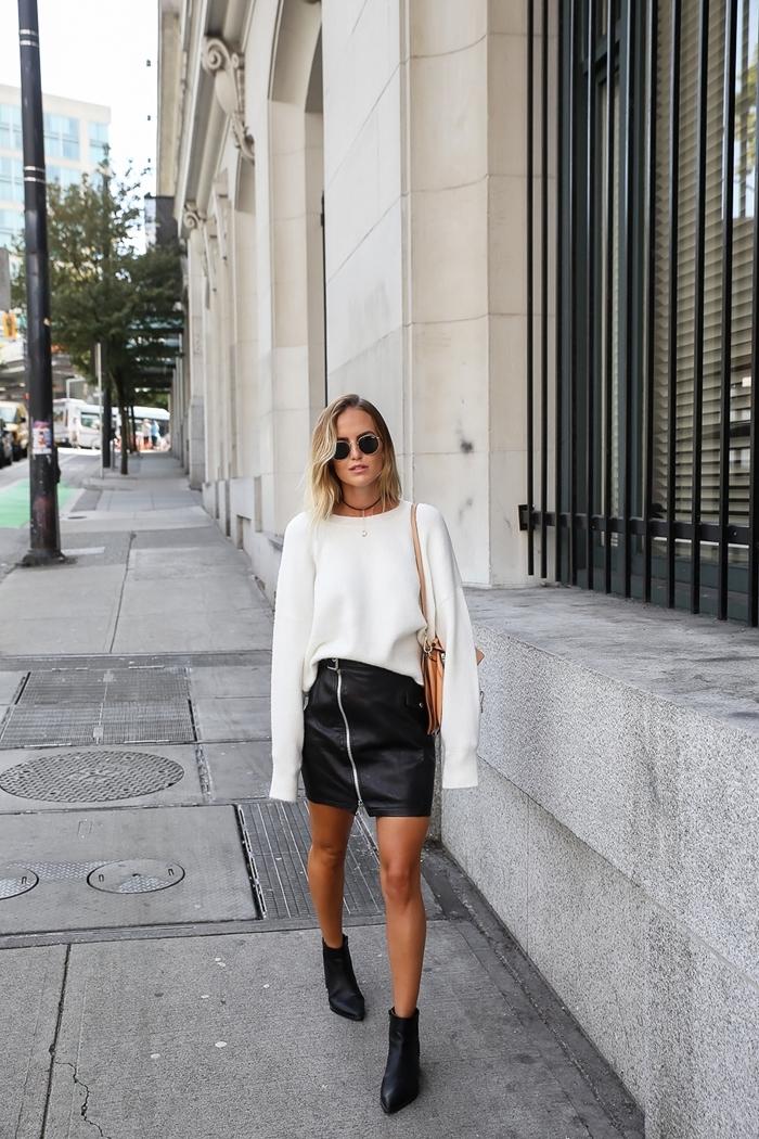 jupe courte fermeture éclaire asymétrique taille haute bottines talons noirs cuir tenue hiver femme pull blanc