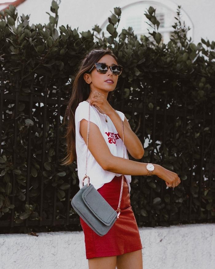 jupe courte rouge taille haute t shirt blanc sac bandoulière gris tenue décontractée femme lunettes montre or