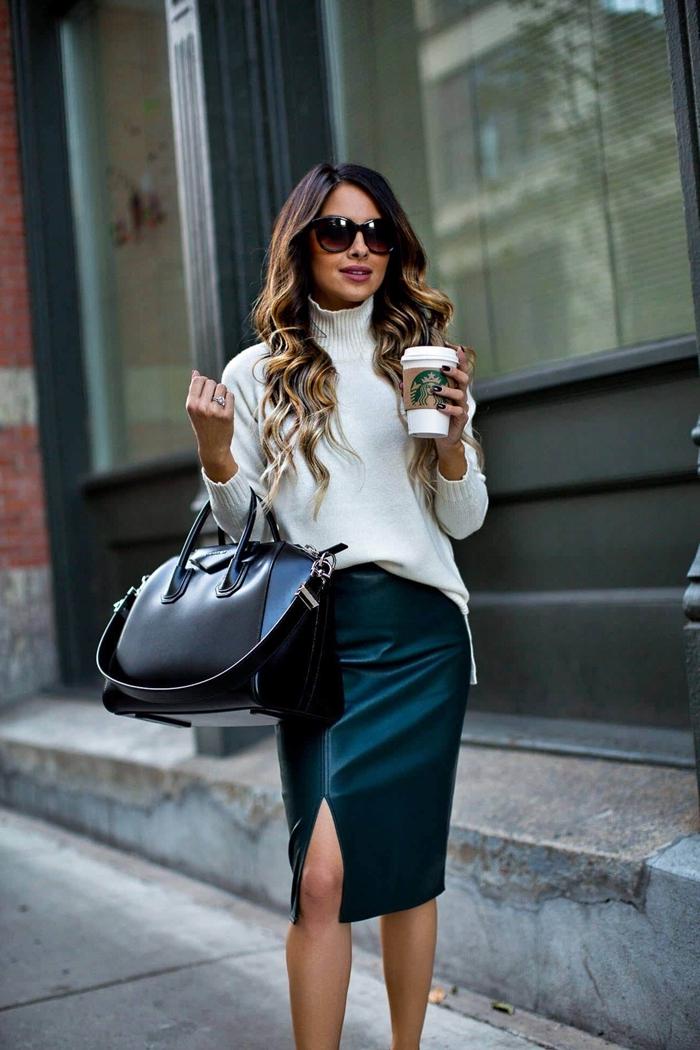 jupe crayon simili cuir mode femme automne tenue jupe et pull over blanc gros sac à main cuir noir