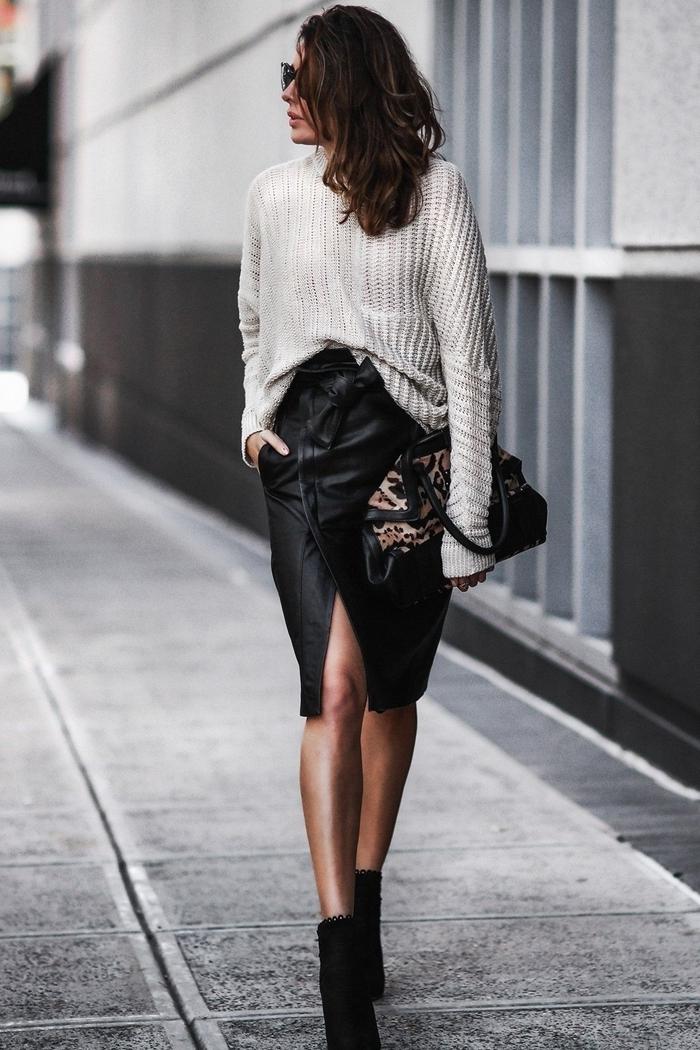 jupe crayon simili cuir tenue blanc et noir femme classe style vestimentaire bottines velours talons pull blanc jupe fendue