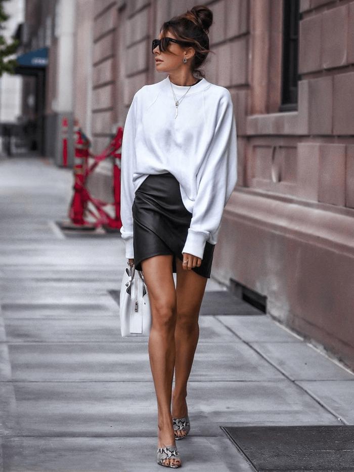 jupe en cuir noir bloose oversize blanc tenue blanc et noir sandales motifs animaliers sac à main blanc collier or
