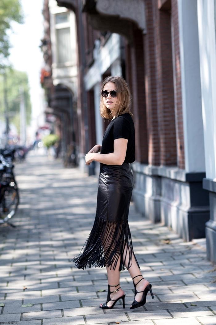 jupe longue en cuir franges look glam rock chic femme tenue total noir vêtements blouse noire manches courtes