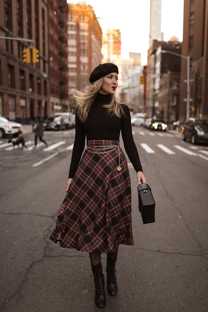 jupe longue motifs carreaux rouge et noir taille haute ensemble femme chic pull noir béret noir bottines cuir noir