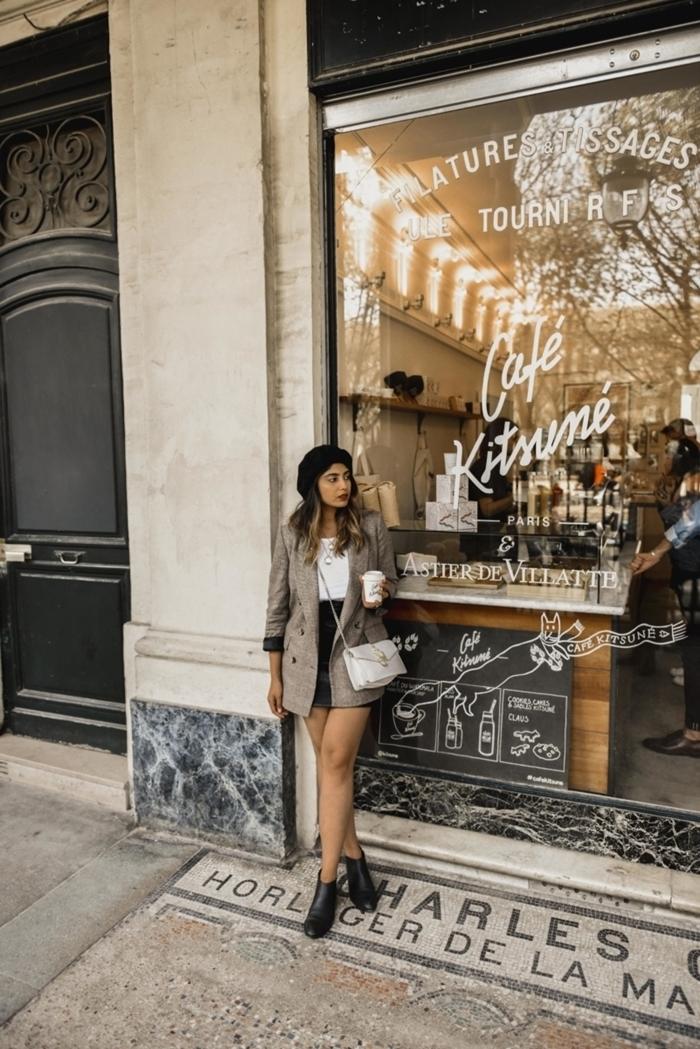 jupe noire courte taille haute top crop blanc blazer femme gris bottines cuir noir beret parisien noire rouge à lèvre rouge