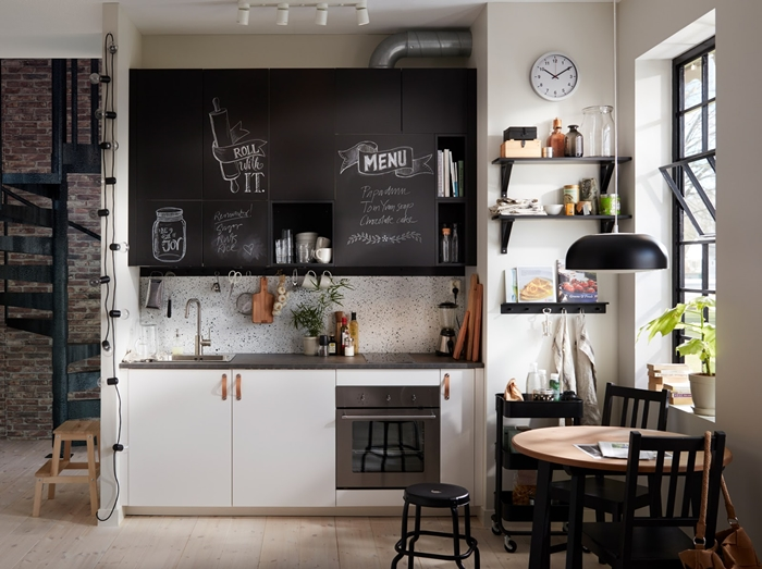 kitchenette ikea décoration style industriel studio loft escalier fer métal noirci guirlande lumineuse ampoules étagère noir mat