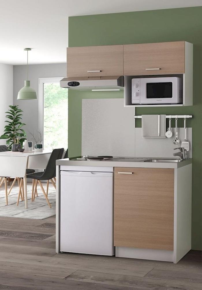 kitchenette pour studio décoration cuisine peinture murale verte meubles haut bois clair salle à manger blanc et noir mat