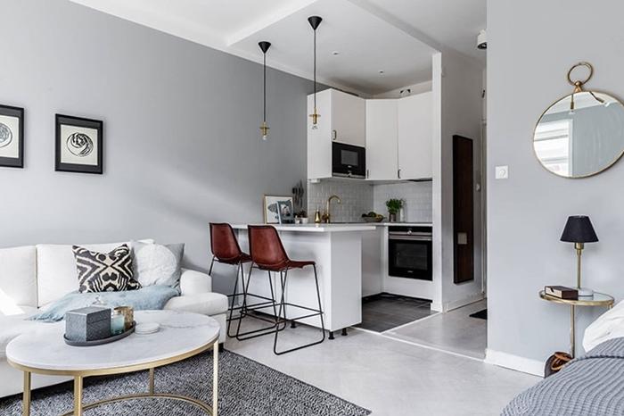 kitchenette studio décoration crédence carrelage blanc meubles haut blanc sans poignée robinet laiton îlot chaise