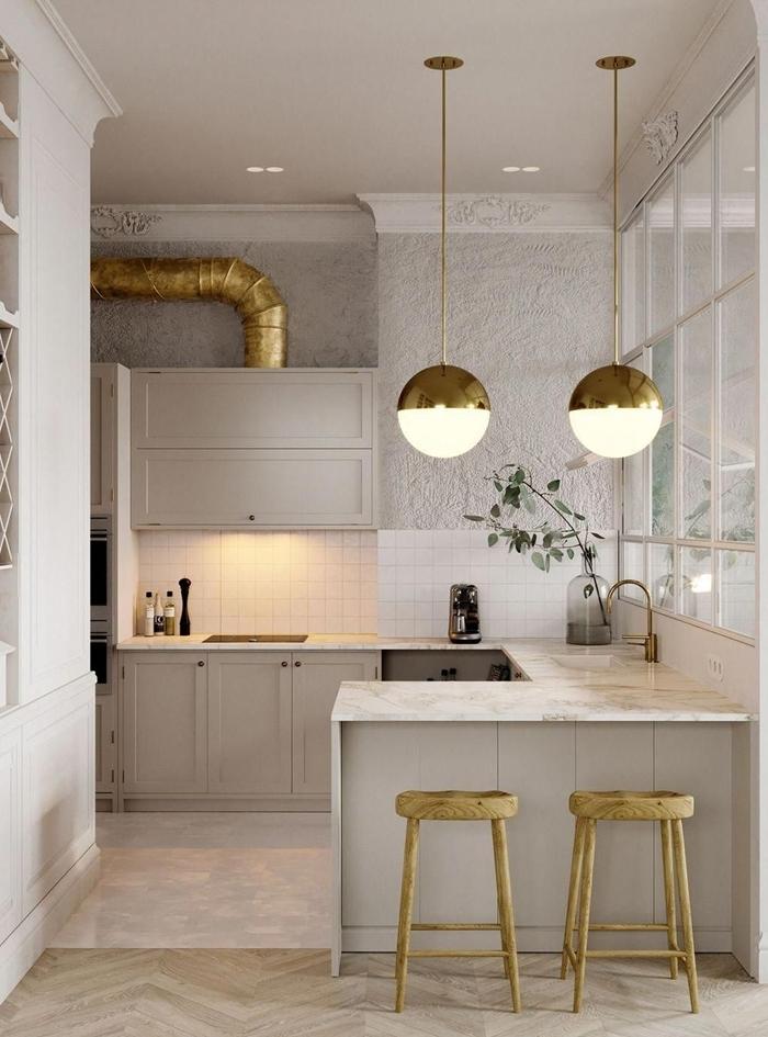 lampe suspendue or crédence petite cuisine équipée blanche plan de travail marbre implantation cuisine en u îlot