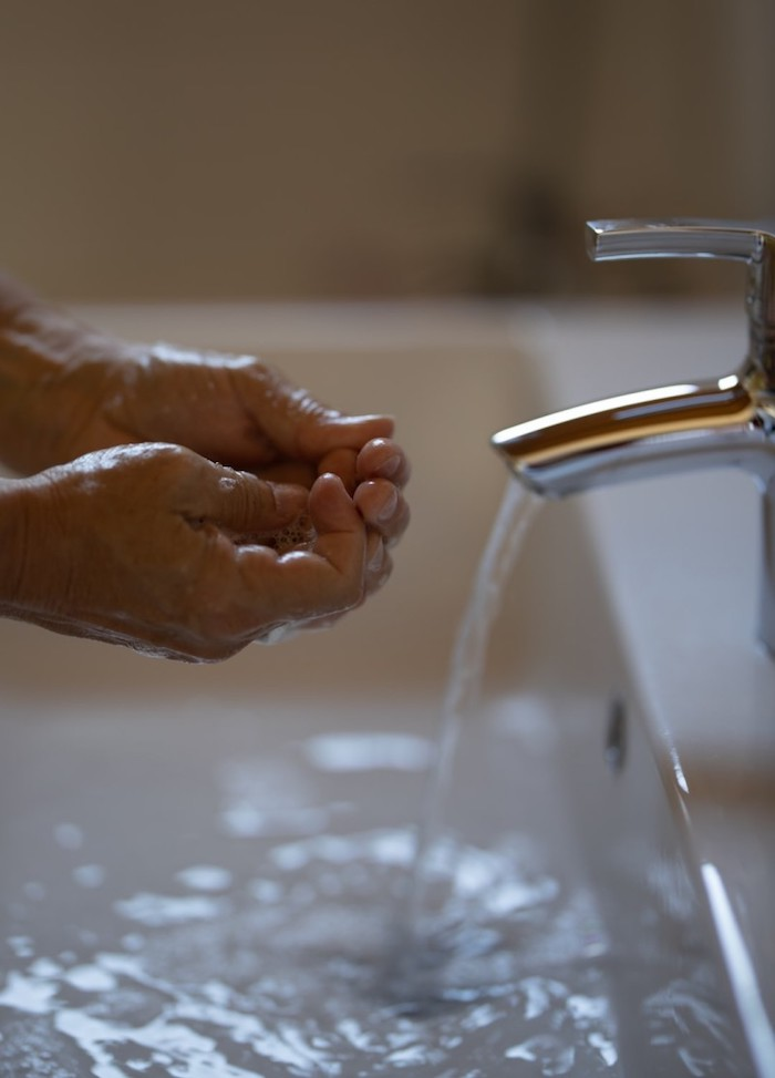 lave des mains dans un lavabo ceramique prevention de virus