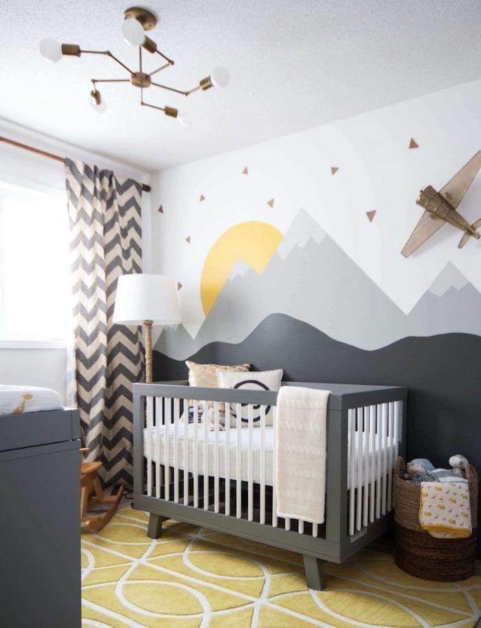 lit à barreaux gris peinture murale gris et blanc paysage montagne tapis jaune moelleux rideaux motif chevron