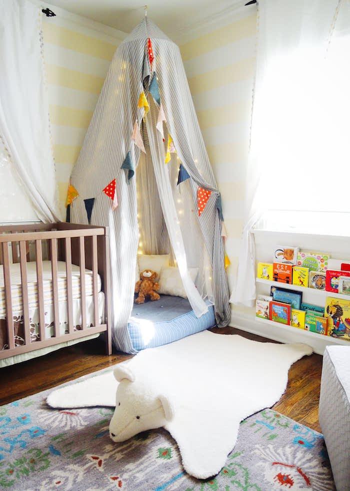 lit baldaquin autour d un matelas étagère range livres tapis original lit barreaux bois