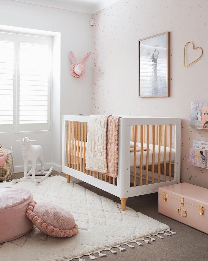 lit bébé cocooning blanc et bois tapis blanc moelleux coussin d assise rose mur rose décoré à motif étoiles moquet gris