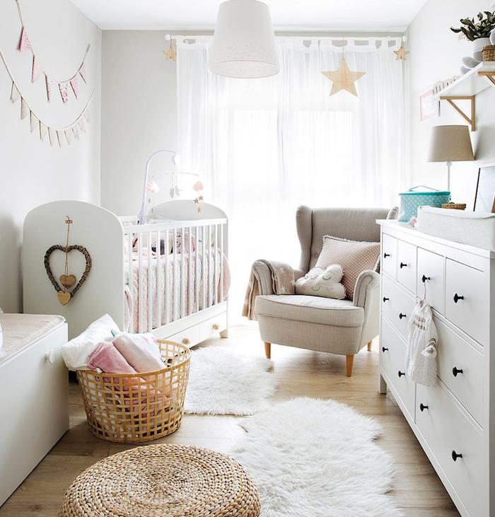 lit bébé couleur blanche panier rangement linge pouf rotin fauteuil gris perle commode blanche ambiance cocooning chambre bébé mixte