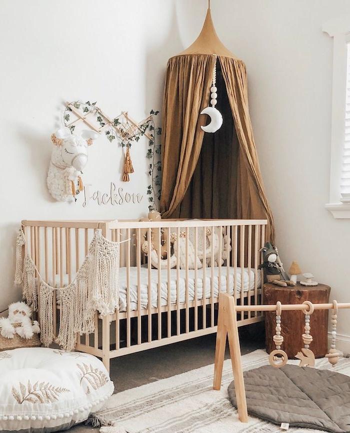lit bois décoré de macramé ciel de lit baldaquin bébé tapis d éveil nuances terreuses thème chambre bébé cocooning