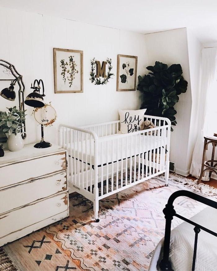 lit commode blanche murs blancs tapis coloré cocooning plante en pot de couleur verte