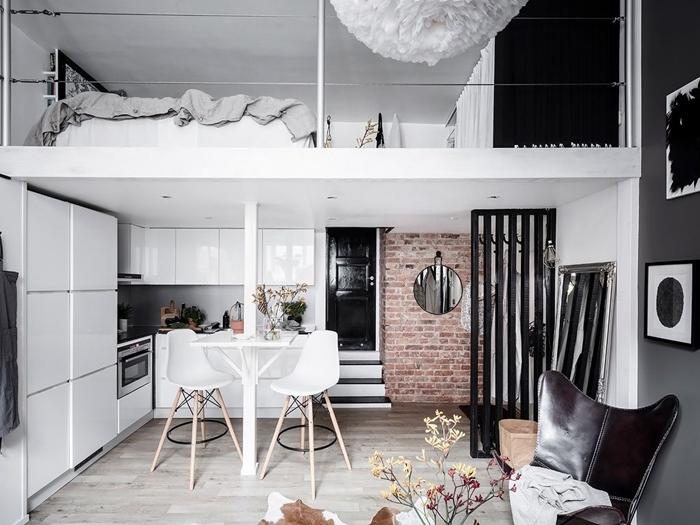 lit mezzanine revêtement sol carrelage aspect bois mur briques rouges petite cuisine d angle séparation pièce bois noir