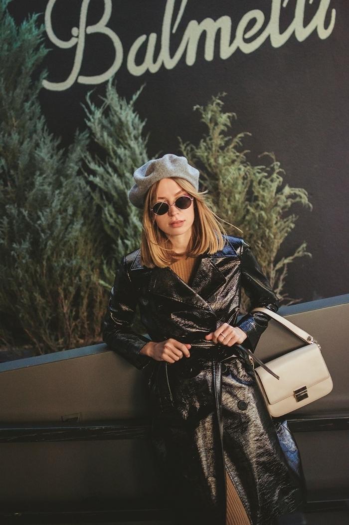 look femme stylée comment porter un beret gris clair manteau long cuir ceinture pull robe beige lunettes soleil rondes