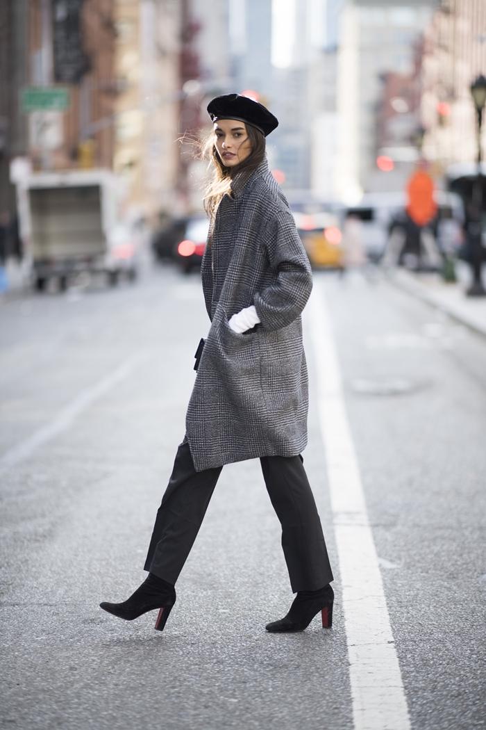 look parisienne béret noir chaussures talons noirs bottes manteau gris motifs pieds de poules couleurs femme classe