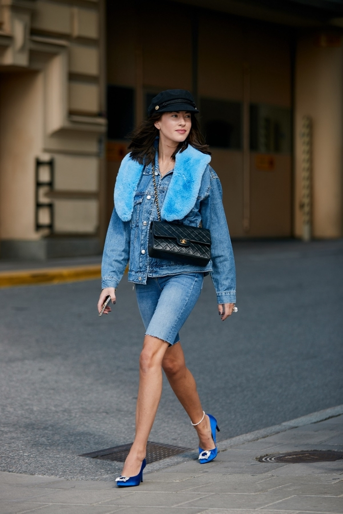 look total denim femme printemps mode comment mettre un béret noir veste en denim shorts denim chaussures bleues talons