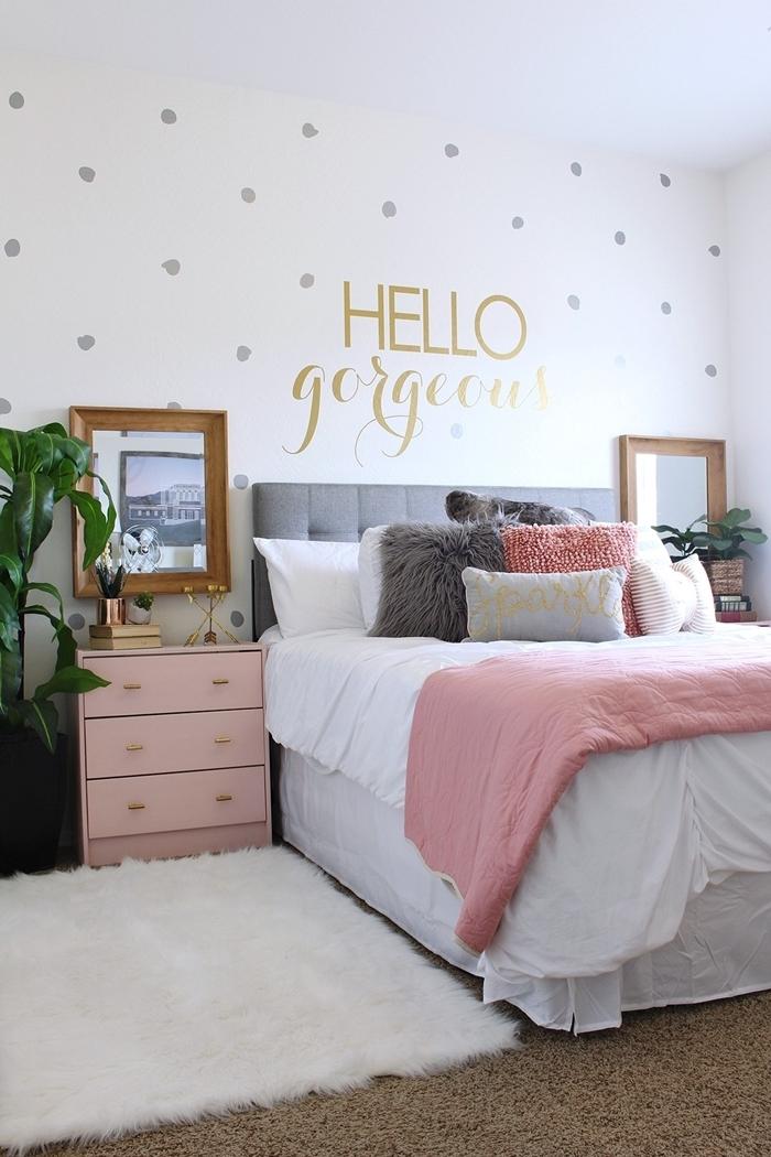 luxe chambre ado fille meuble de chevet rose pastel cadre photo doré stickers muraux dots gris tapis moelleux blanc