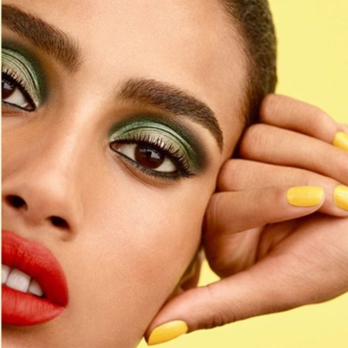 make up année 80 des fards vertes metaliques et rouge a levres femme avec vernis sur les ongles en jaune