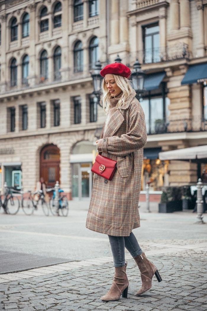 manteau beige motifs écosse sac bandoulière cuir rouge comment porter un beret rouge bottines velours marron