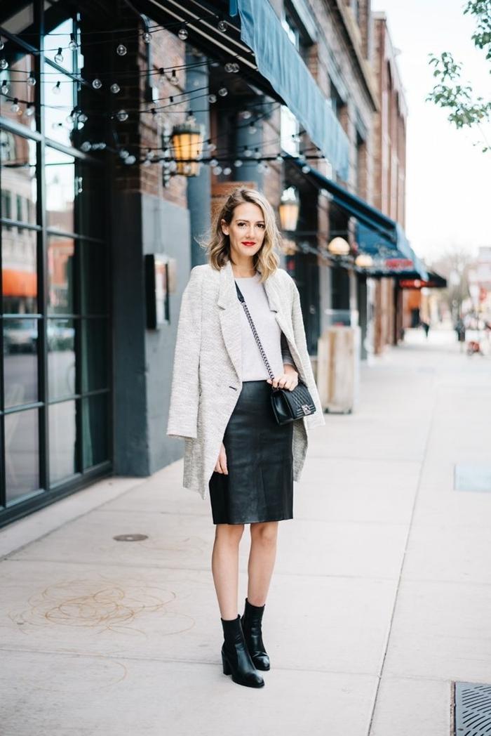 manteau blanc bottines avec jupe cuir noir longueur genoux chaussures talons noires mode femme élégante