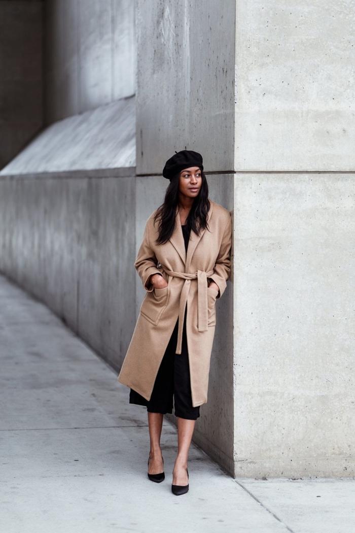 manteau long beige ceinture tenue femme hiver chaussures noires béret noir ensemble combinaison noire longueur genoux