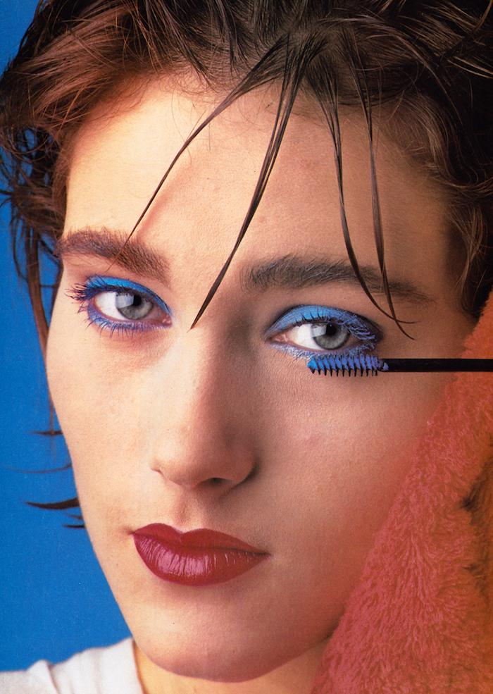 maquillage années 80 avec mascara bleue et rouge a levres un fringe en meches