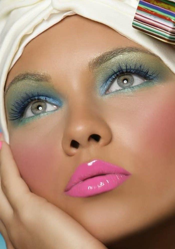 maquillage arc en ciel avec des fards turqouises et rouge a levres en rose bandeau blanche sur tete