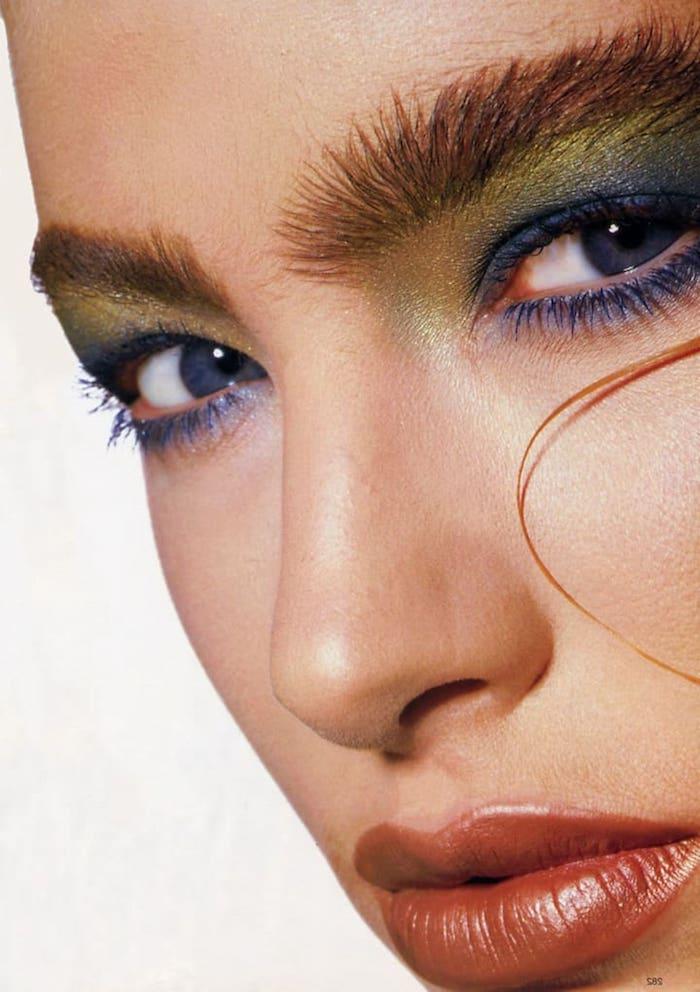 maquillage des années 80 des sourcils echeveles et des fards a paupiers avec de la mascara bleue le teint parfait