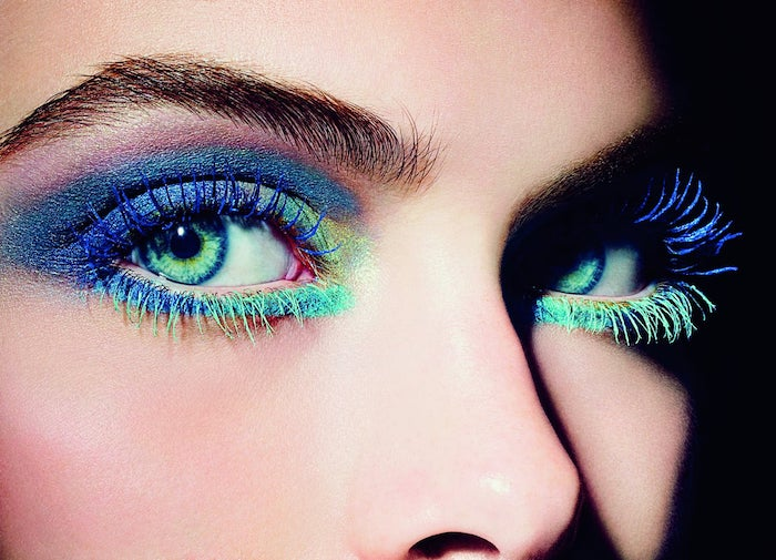 maquillage disco avec de la mascara neon et des lentilles de contact vertes halloween inspo collection chanel 2013