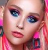 maquillage fluo les années 80 des cheveux en queue de cheval et des meches roses