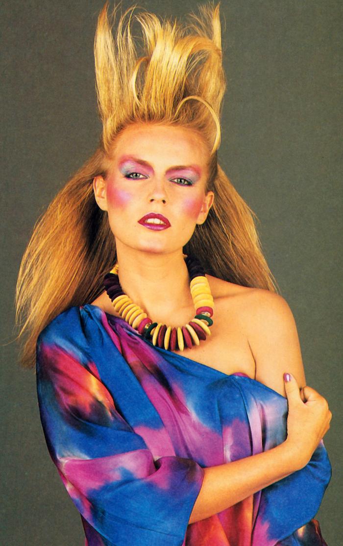 maquillage halloween facile avec de blush rose bleuse violet et un colier boho laque dans les cheveux