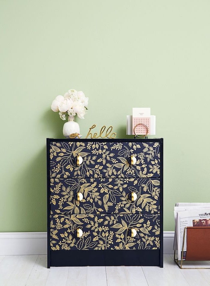 mauble scandinave ikea idee de customiser avec du papier peint commode en bois noir avec des ornaments en or