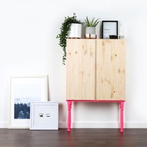 meuble ivar ikea avec des pieds colores et des tableaux au sol relooking un meuble