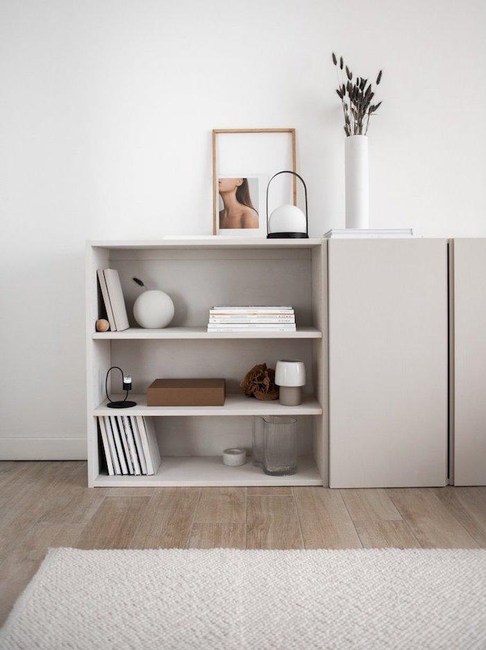 meuble ivar ikea changement sale de sejour minimaliste tapis gris au sol vase a fleurs blanche