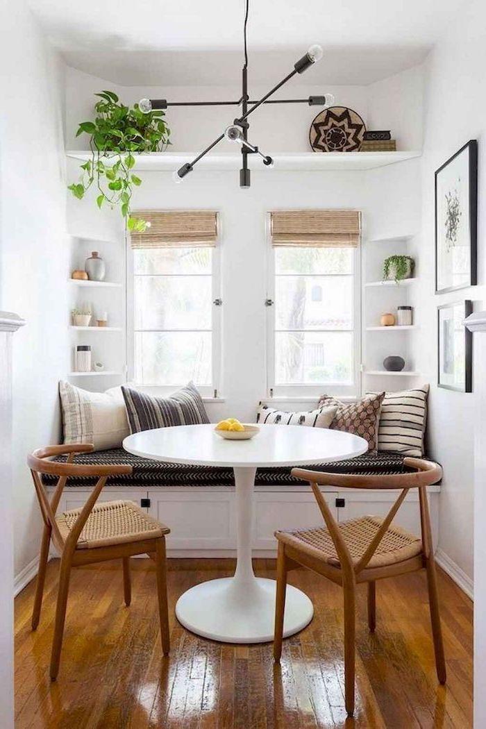meubles de cuisine et de salle a manger petit coin de repas avec deux chaises en ratan et banc couvert de coussins