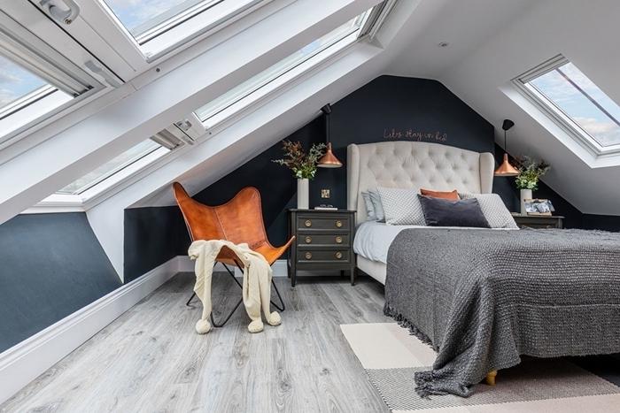 meubles gris anthracite meuble de chevet peinture chambre mansardée gris foncé chaise cuir marron tapis blanc et gris franges