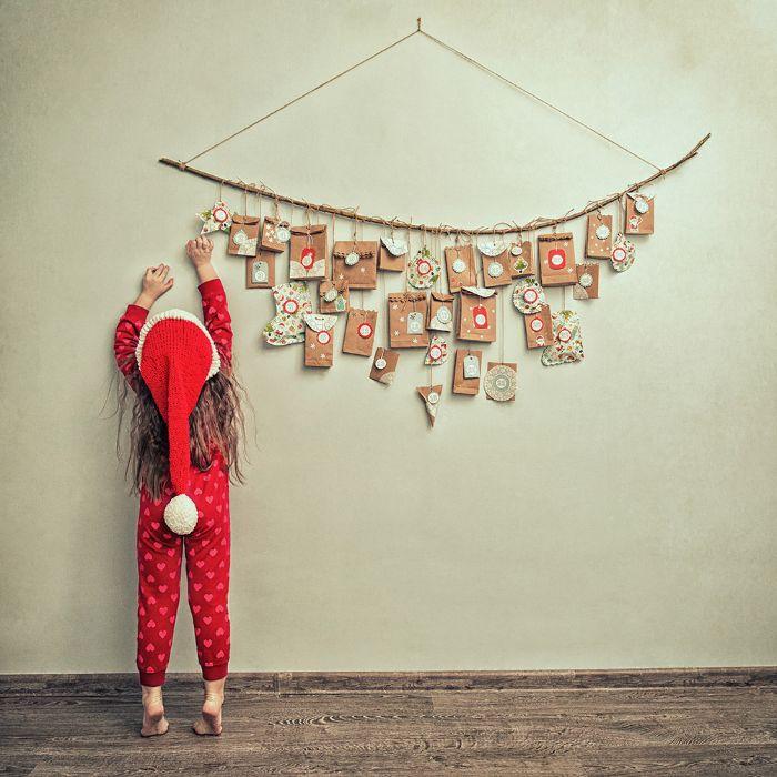 mini sachets cadeau remplis de petits cadeaux exemple de calendrier de l avent enfant sur branche accorché au mur
